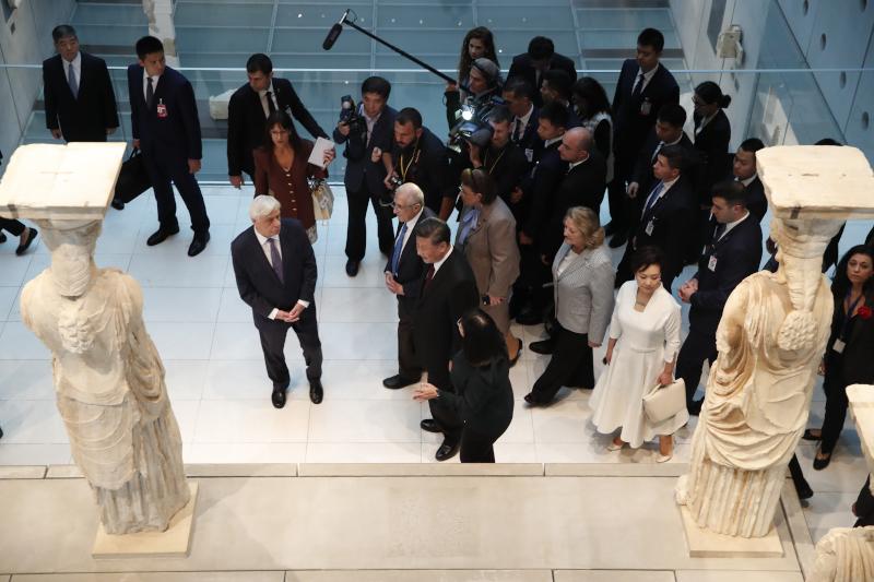 Προκόπης Παυλόπουλος και Σι Τζιπίνγκ μπροστά από τις Καρυάτιδες