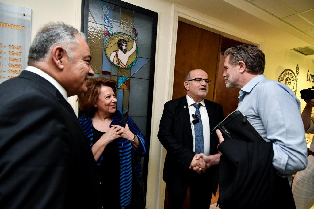 Ο Παύλος Γερουλάνος σε χειραψία με τον πρόεδρο του Επιμελητηρίου Αθηνών