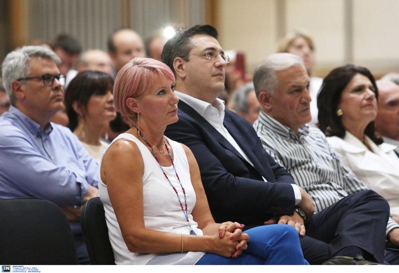 Η Νατάσσα Παζαΐτη με τον Απ. Τζιτζικώστα παρακολουθεί την ομιλία του Κ. Καραμανλή