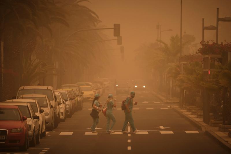 Η κατάσταση στους δρόμους των Κανάριων Νήσων ήταν εφιαλτική λόγω της αμμοθύελλας μ' ένα πορτοκαλί σύννεφο να σκεπάζει τα πάντα.