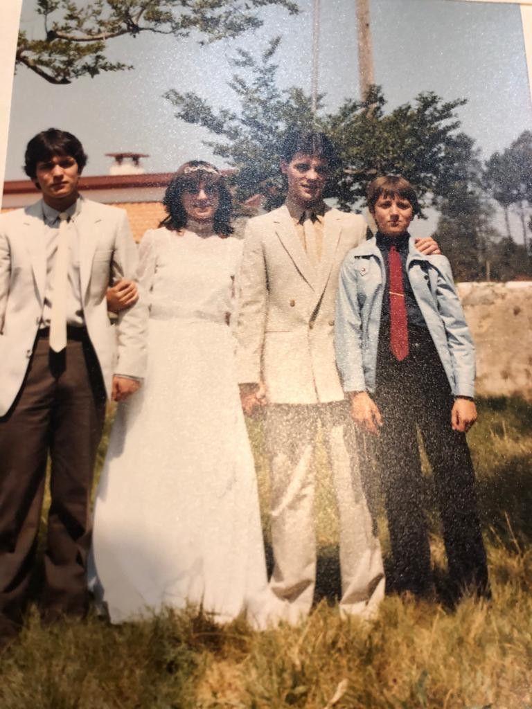 Η οικογένεια Μαρτίνς και δεξιά ο Πέδρο με την κόκκινη γραβάτα
