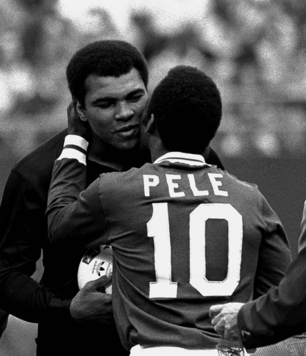 Το φιλί στο μάγουλο του Πελέ σε έναν άλλον πρωταθλητή, τον Μοχάμεντ Άλι που βρισκόταν εκείνο το βράδυ στο γήπεδο