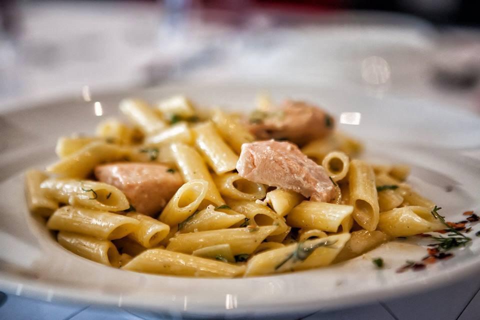 Κλασική αξία για τους λάτρεις των ζυμαρικών το πιάτο «πέννες με σολομό»