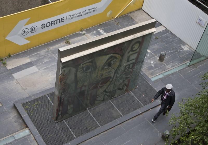 Περαστικός περνά μπροστά από τμήμα του Τείχους του Βερολίνου