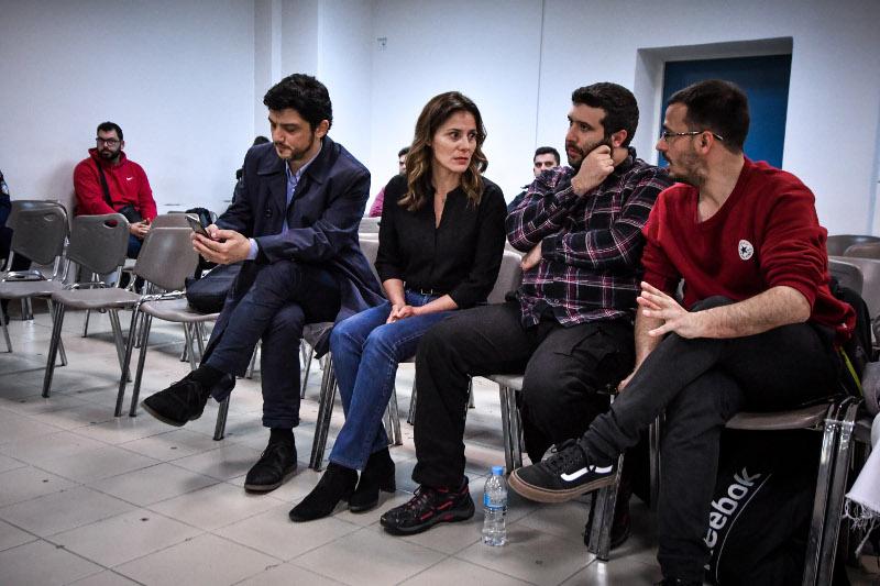 Η Περιστέρα Μπαζιάνα στη δίκη της Χρυσής Αυγής κάθεται και συνομιλεί