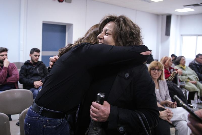 Η Περιστέρα Μπαζιάνα αγκαλιάζει τη μητέρα του Παύλου Φύσσα