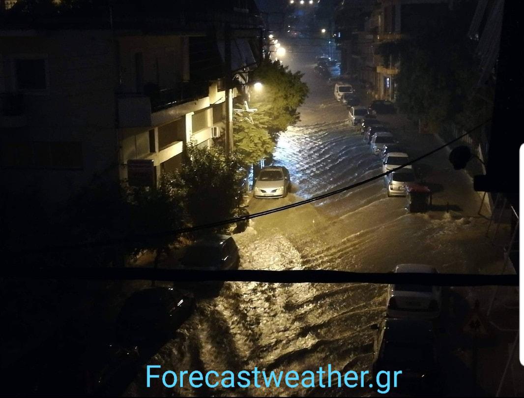 Πλημμυρισμένος δρόμος στο Περιστέρι