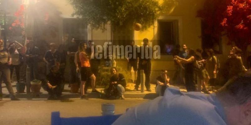 Οι αντιεξουσιαστές έξω από την ταβέρνα που ήταν ο Κώστας Μπακογιάννης