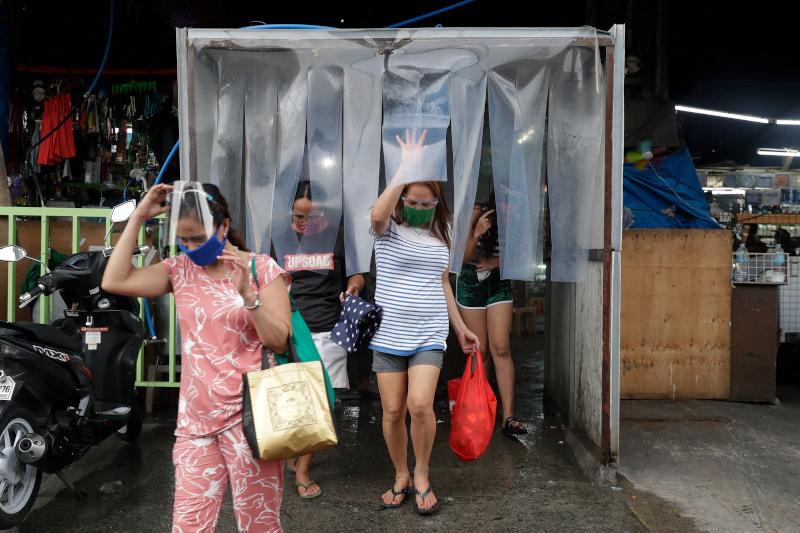 Κόσμος με μάσκες για τον κορωνοϊό στις Φιλιππίνες