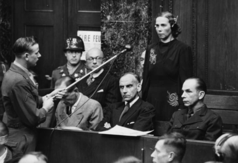 Η Inge Viermetz, η μόνη γυναίκα κατηγορούμενη που δικάζεται ενώπιον του Tribune 1 στις δίκες της RuSHA της Νυρεμβέργης, δηλώνει «όχι ένοχη» ως υπεύθυνη για το Lebensborn στη ναζιστική Γερμανία, το 1947