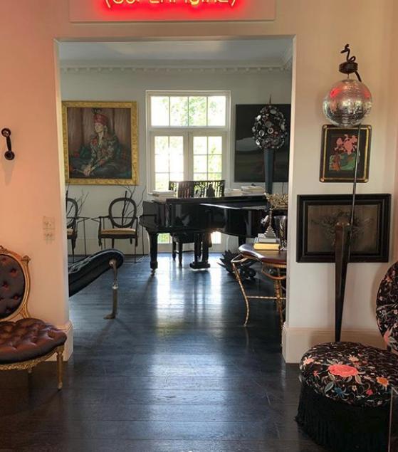 Μια ματιά στο σπίτι της ΑΜάντα ΕΛιάς, ΔΙκαρίνεται μια ντισκόμπαλα, πανάκριβα έπιπλα και ένα μεγάλο πιάνο