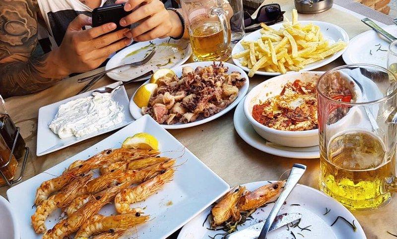 Τραπέζι με γαρίδες και καλαμαράκια