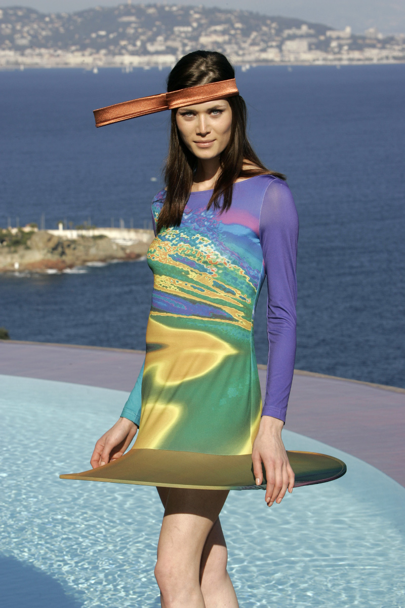 Μοντέλο με ένα από τα φουτουριστικά σχέδια του Pierre Cardin