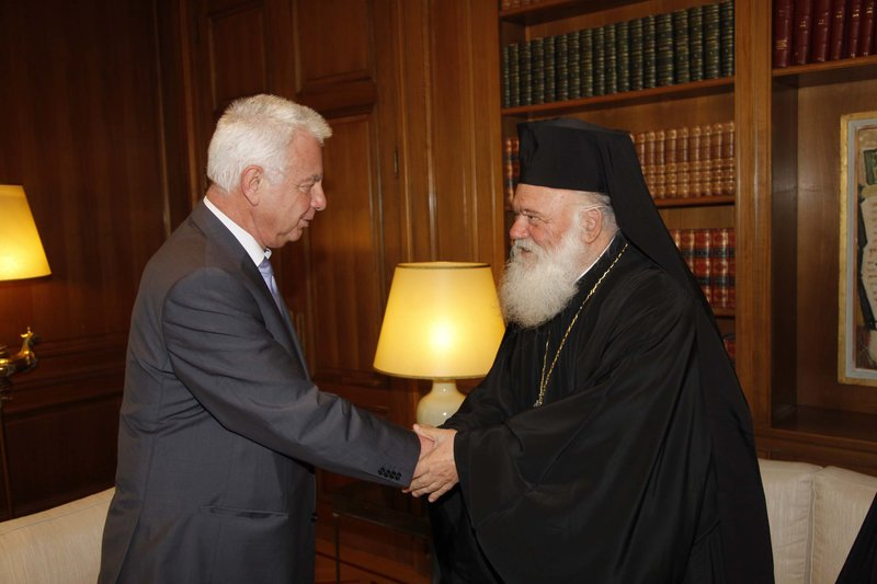 Ο Π. Πικραμμένος με τον Αρχιεπίσκοπο Ιερώνυμο στο Μαξίμου