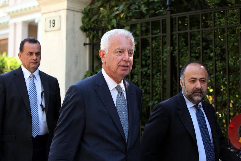 Ο Π. Πικραμμένος ως πρωθυπουργός έξω από το Μαξίμου. Δεξιά του ο εκπρόσωπος Τύπου Δ. Τσιόδρας