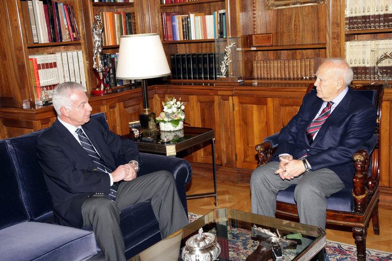 2009: Ο Παναγιώτης Πικραμμένος ως πρόεδρος του ΣτΕ με τον τότε ΠτΔ Κάρολο Παπούλια
