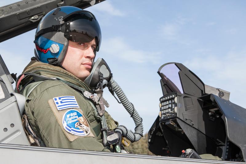 Ο πιλότος της Πολεμικής Αεροπορίας, Στέφανος Καραβίδας
