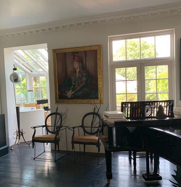Το σαλόνι με το πιάνο στο σπίτι της Αμάντα ΕΛιάς