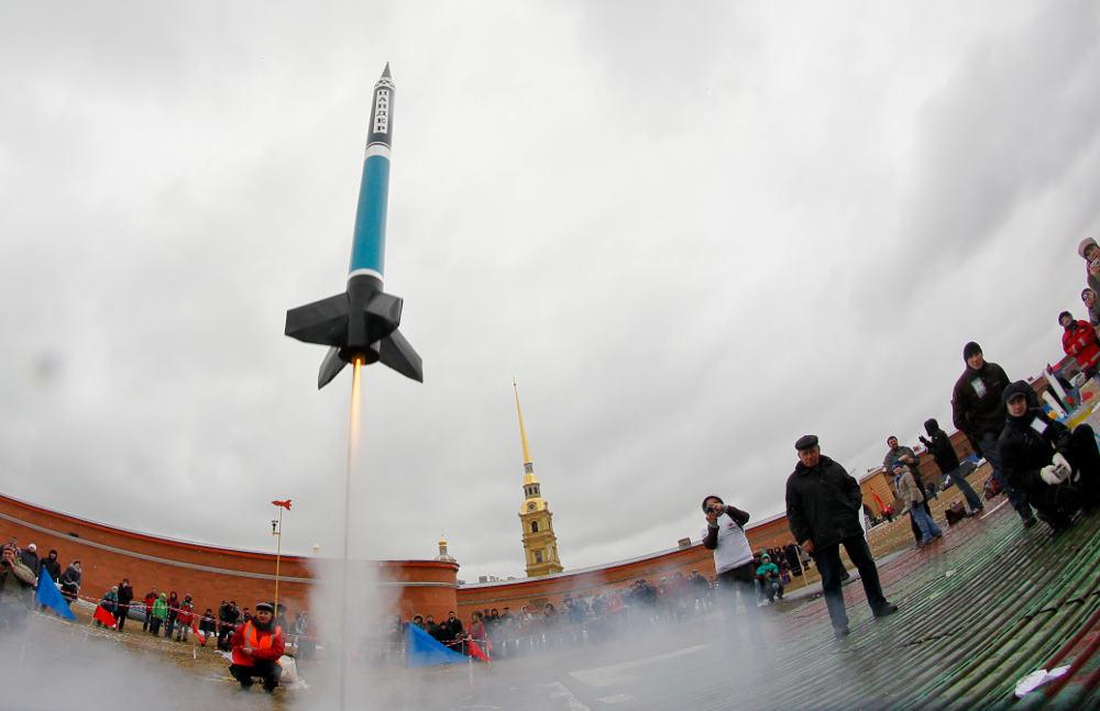 Πύραυλος εκτοξεύεται στον συννεφιασμένο ουρανό στη Μόσχα