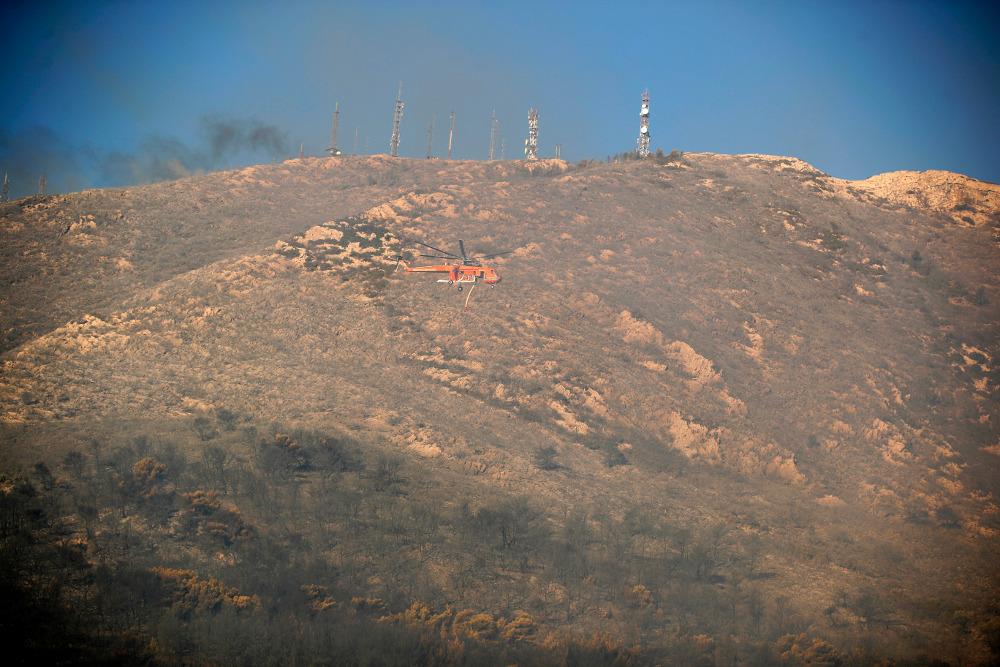 Ελικόπτερο πετά πάνω απο την πυρκαγιά στον Υμηττό
