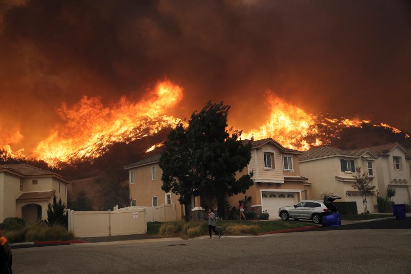 Σπίτια καίγονται από πυρκαγιά στην Καλιφόρνια