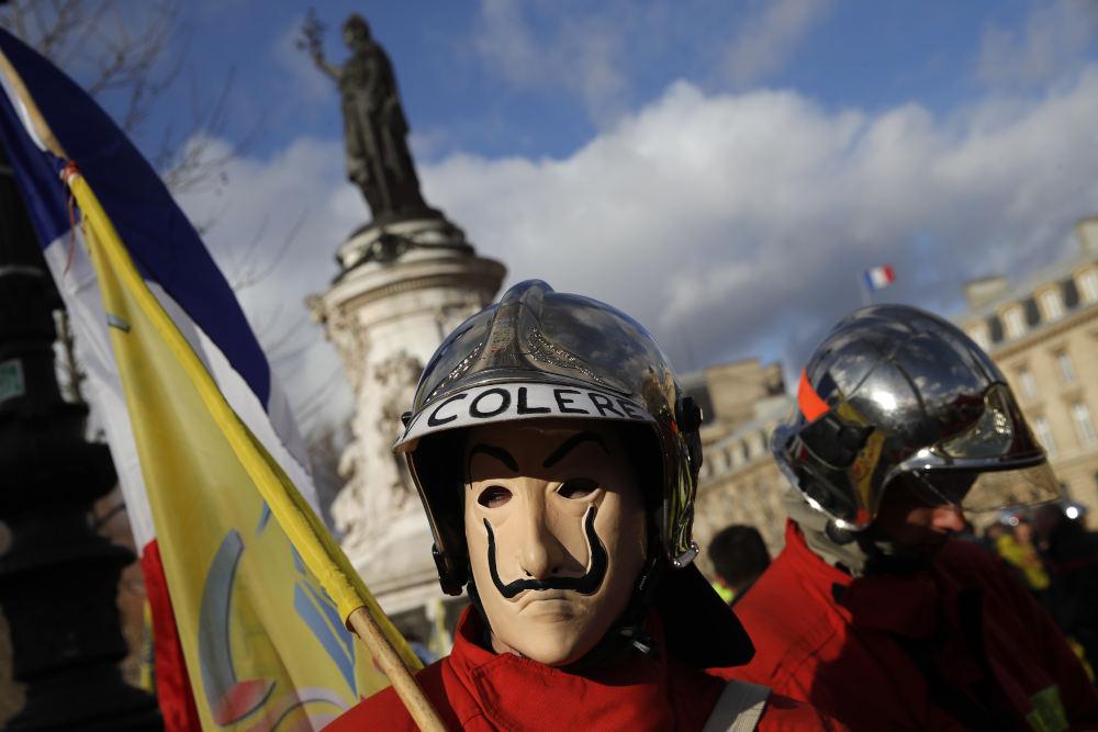 Πυροσβέστες φορώντας κράνη και μάσκες από την διάσημη σειρά «La Casa De Papel» στο Παρίσι