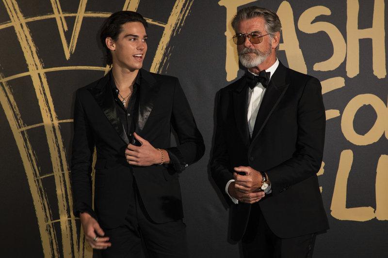 Γοητευτικοί πατέρας και γιος στα κοστούμια τους