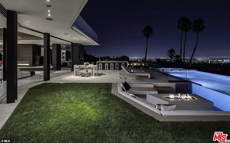 Η πισίνα με θέα το Λος Άντζελες