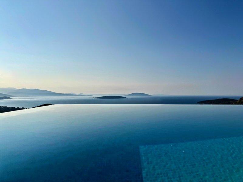 Πισίνα με θέα τη θάλασσα