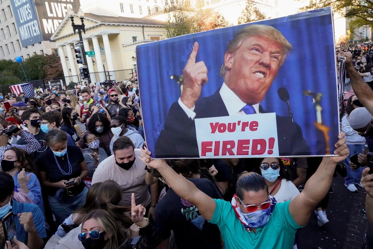 Πολίτης με πλακάτ κατά Τραμπ