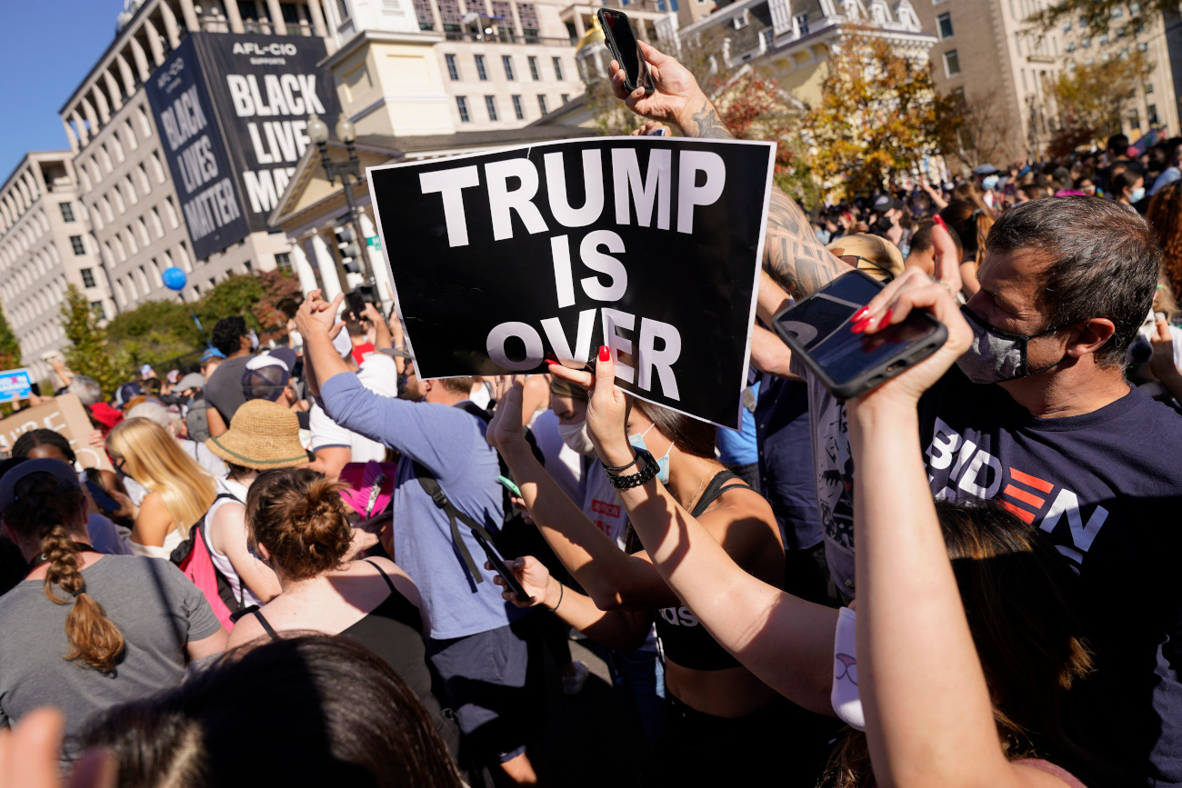 Πλακάτ ότι τελείωσε ο Τραμπ στην Ουάσιγκτον