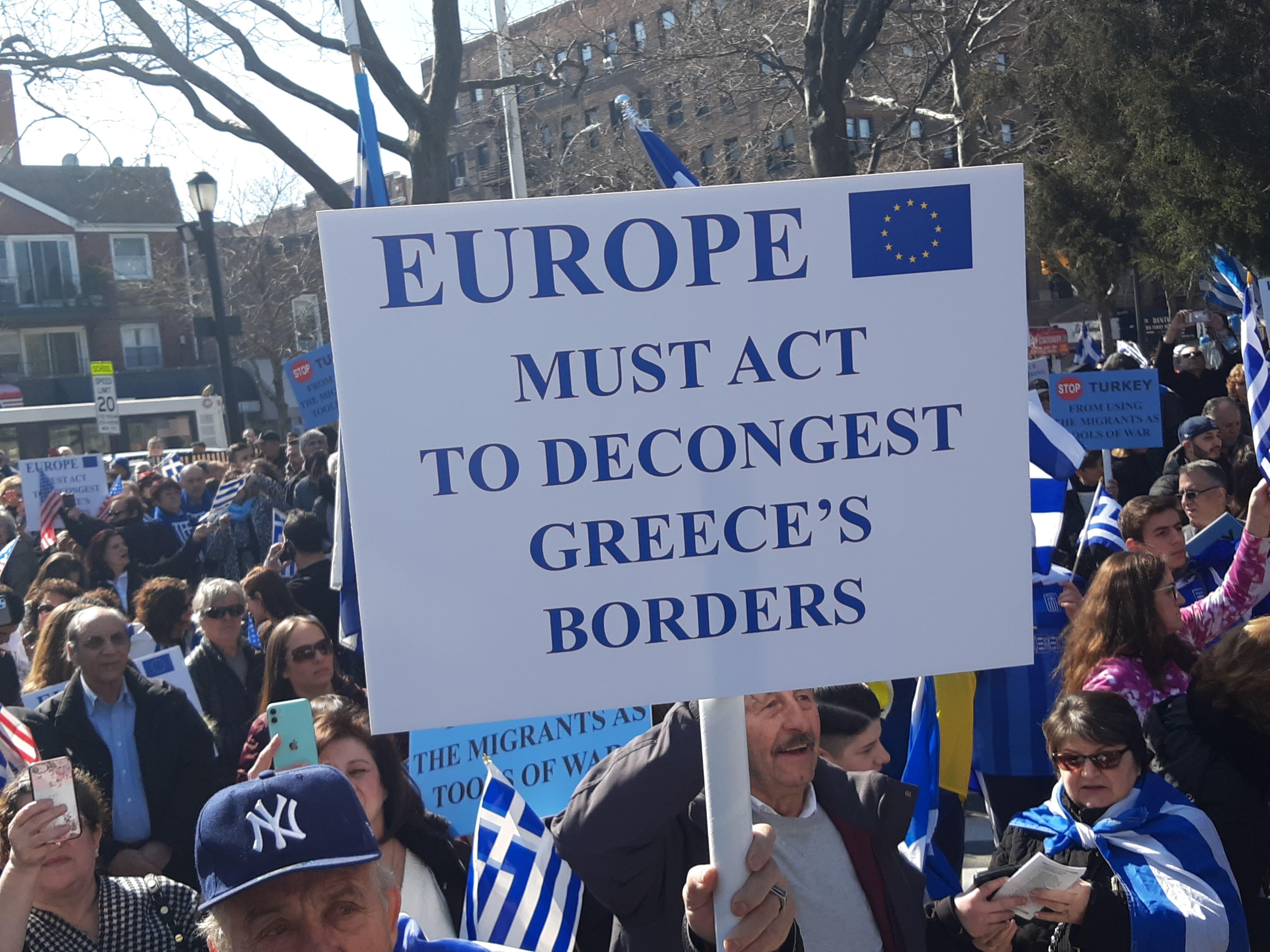 Με πλακάτ για την μεταναστευτική κρίση με μήνυμα προς την ΕΕ οι ομογενείς στους δρόμους