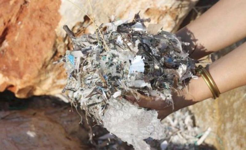 Πλαστικά απορρίμματα που περισυνελέγησαν στη διάρκεια μιας βόλτας σε παραλία της Πάρου.