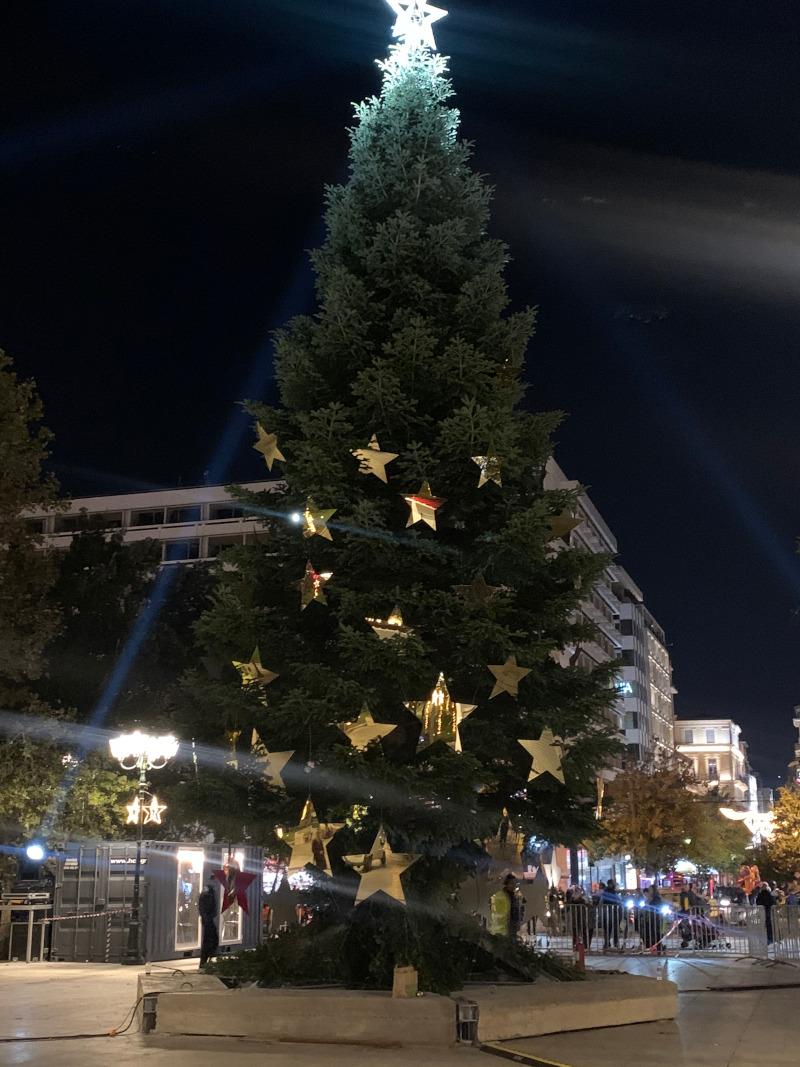 Επιβλητικό το χριστουγεννιάτικο δέντρο στο κέντρο της πλατείας Συντάγματος, με τα χρυσά στολίδια σε σχήμα αστεριών