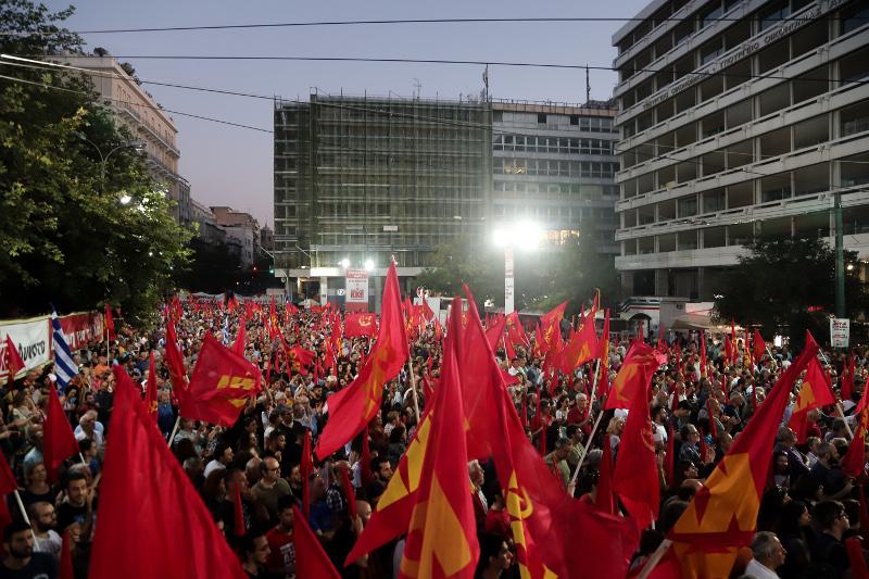 Οι πολίτες στο Σύνταγμα για την ομιλία του Δημήτρη Κουτσούμπα / Φωτογραφία: EUROKINISSI