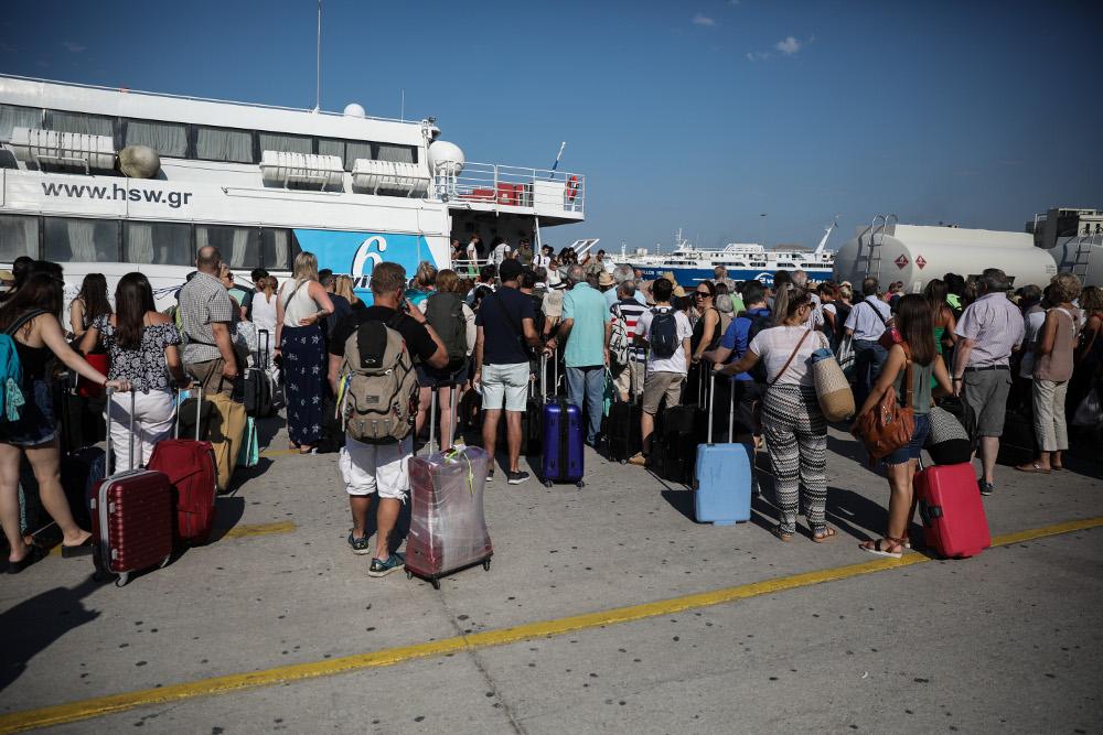 Κατά χιλιάδες εγκαταλείπουν οι Αθηναίοι την πρωτεύουσα για τις καλοκαιρινές τους διακοπές