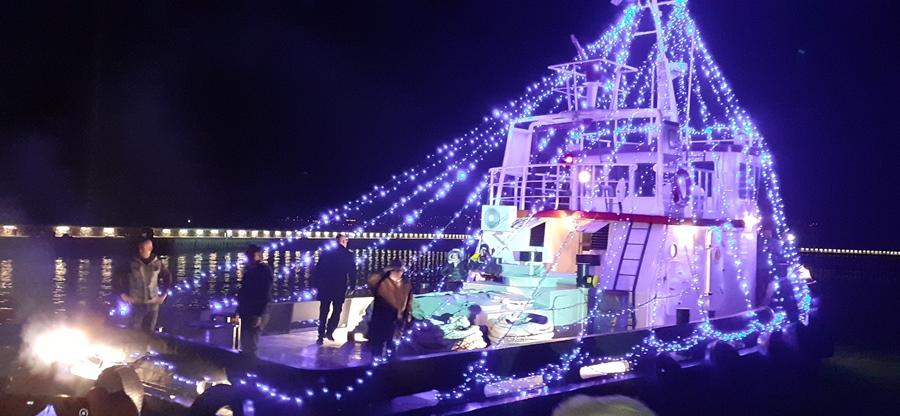 Το πλοίο στολισμένο με λαμπιόνια με το οποίο κατέφθασε η Δέσποινα Βανδή