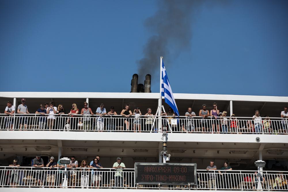 Τουρίστες σε κατάστρωμα πλοίου