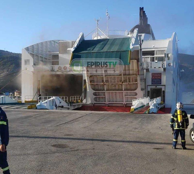 Πλοίο με φωτιά στο λιμάνι