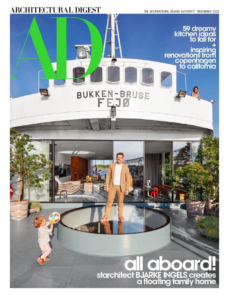Ο Δανός αρχιτέκτονας ποζάρει με τον γιο του στο πρώην πλοίο και νυν σπίτι της οικογένειας, για το εξώφυλλο του περιοδικού AD