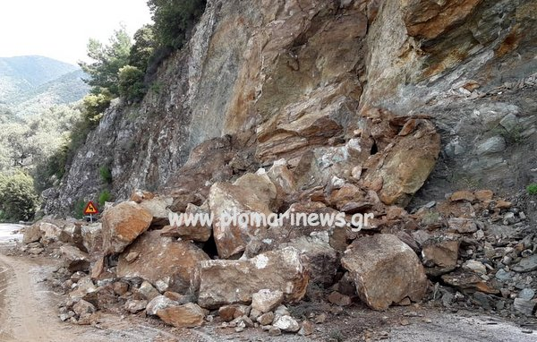 Πέτρες σε δρόμο έπειτα από κατολίσθηση