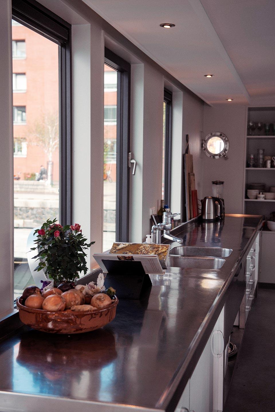 Η πλήρως λειτουργική κουζίνα ενός πλωτού σπιτιού στο Άμστερνταμ