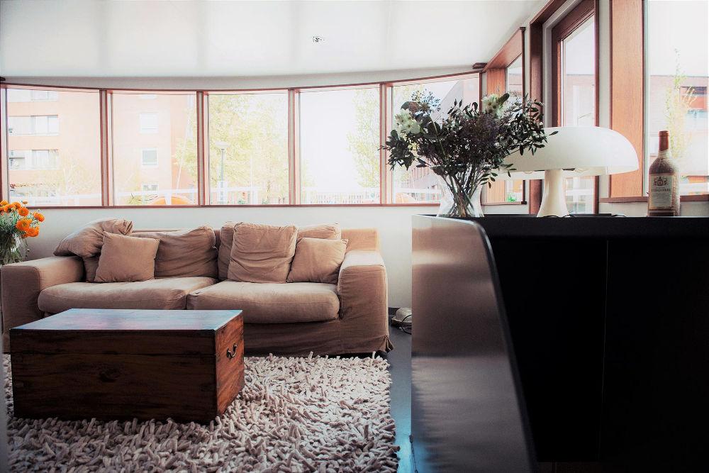 Εικόνα από το φωτεινό και άνετο σαλόνι ενός πλωτού σπιτιού στο Άμστερνταμ