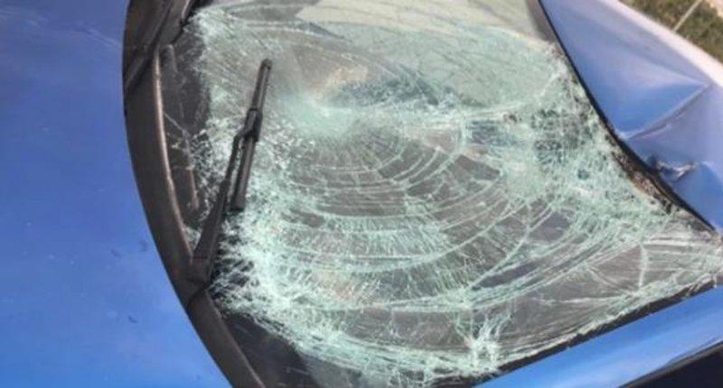 Το διαλυμένο παρμπρίζ του αυτοκινήτου που παρέσυρε τον 13χρονο