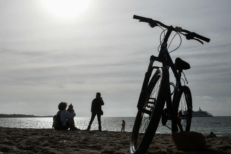 Πολλοί Αθηναίοι πήραν τα ποδήλατά τους και κατέβηκαν στην παραλία της Γλυφάδας