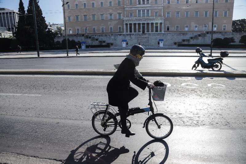 Γυναίκα με ποδήλατο στο άδειο Σύνταγμα λόγω κορωνοϊού