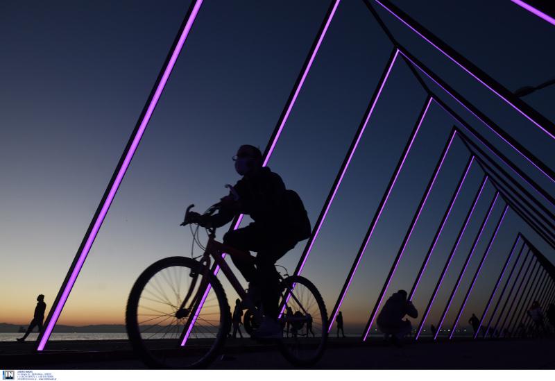 Ποδηλάτης στην παραλία της Θεσσαλονίκης