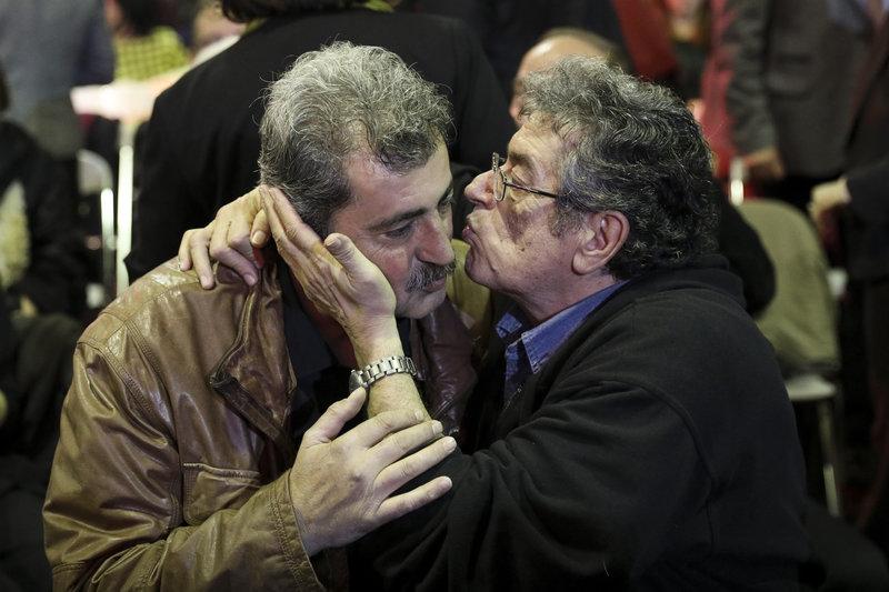 Ο Παύλος Πολάκης δέχεται ένα φιλί από οπαδό του ΣΥΡΙΖΑ