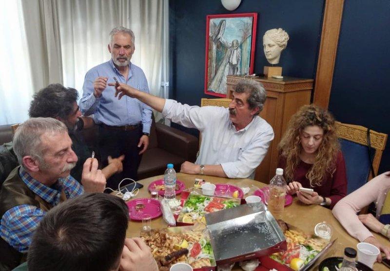 Ο Παύλος Πολάκης με συνεργάτες του στο υπουργείο για τα γενέθλιά του