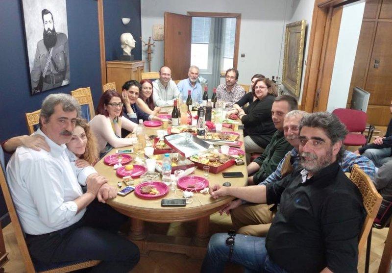 Γεμάτο το τραπέζι από «μπιστικούς» Πολάκη, κρασιά και εδέσματα -Πάνω από το κεφάλι του υπουργού το πορτρέτο του Αρη Βελουχιώτη